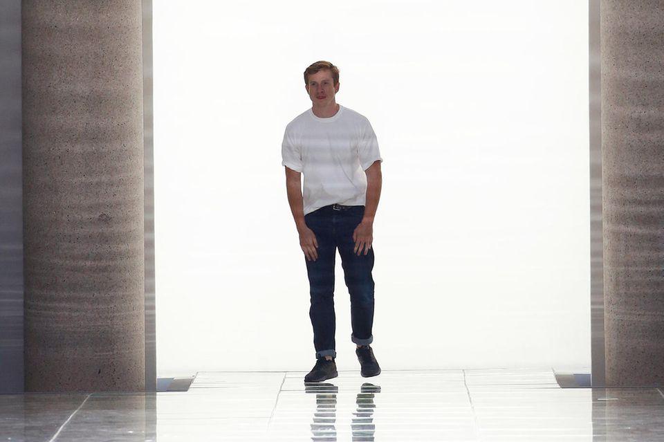 Chefdesigner Daniel Lee holt sich nach der Show von Bottega Veneta in Paris seinen verdienten Applaus ab.