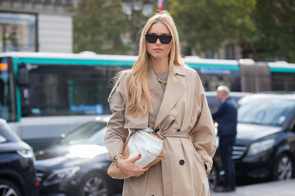 Der dänische Style-StarPernille Teisbaek trägt Schuhe und Clutch von Bottega Veneta.