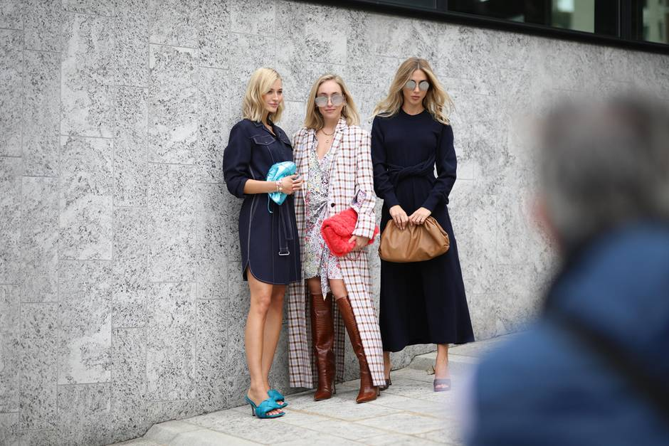 Mandy Bork (links) und Ann-Kathrin Götze (rechts) posieren mit ihren It-Pieces von Bottega Veneta.