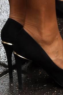 """Die ikonischen """"Eyeline Pumps""""des Labels Louis Vuitton – für alle sichtbar in grafischen Lettern in die goldenen Applikationen am Schuhende eingraviert."""