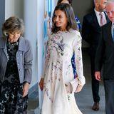 In einem femininen Midi-Dress in zartem Rosa zeigt sich Königin Letizia bei einer Veranstaltung in Madrid. Es ist ein mädchenhafter Look, den die Spanierin zu diesem Anlass wählt, und der ihr trotz der floralen Prints und Vogel-Stickereien einen eleganten Auftritt garantiert. Doch in luxuriöse Haute Couture hüllt sich die Königin hier nicht ...