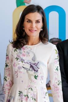 """Königin Letizia trägt ein Kleid des Online-Versandhandels Asos für rund 70 Euro. Ohrringe aus edlem Quartz von """"Coolook""""für rund 167 Euro ergänzen ihren Look perfekt und werten das Outfit zusätzlich auf."""