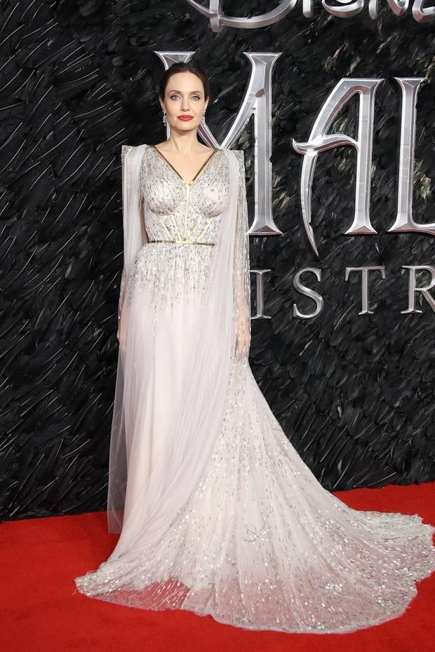 """Statuesk und unfassbar elegant posiert Angelina Jolie in einem Traumkleid von Ralph & Russo bei der Premiere ihres neuen """"Maleficent""""-Films. Akzentuiert wird der vielleicht beste Look des Jahres 2019 durch edlen Diamantschmuck von Cartier."""