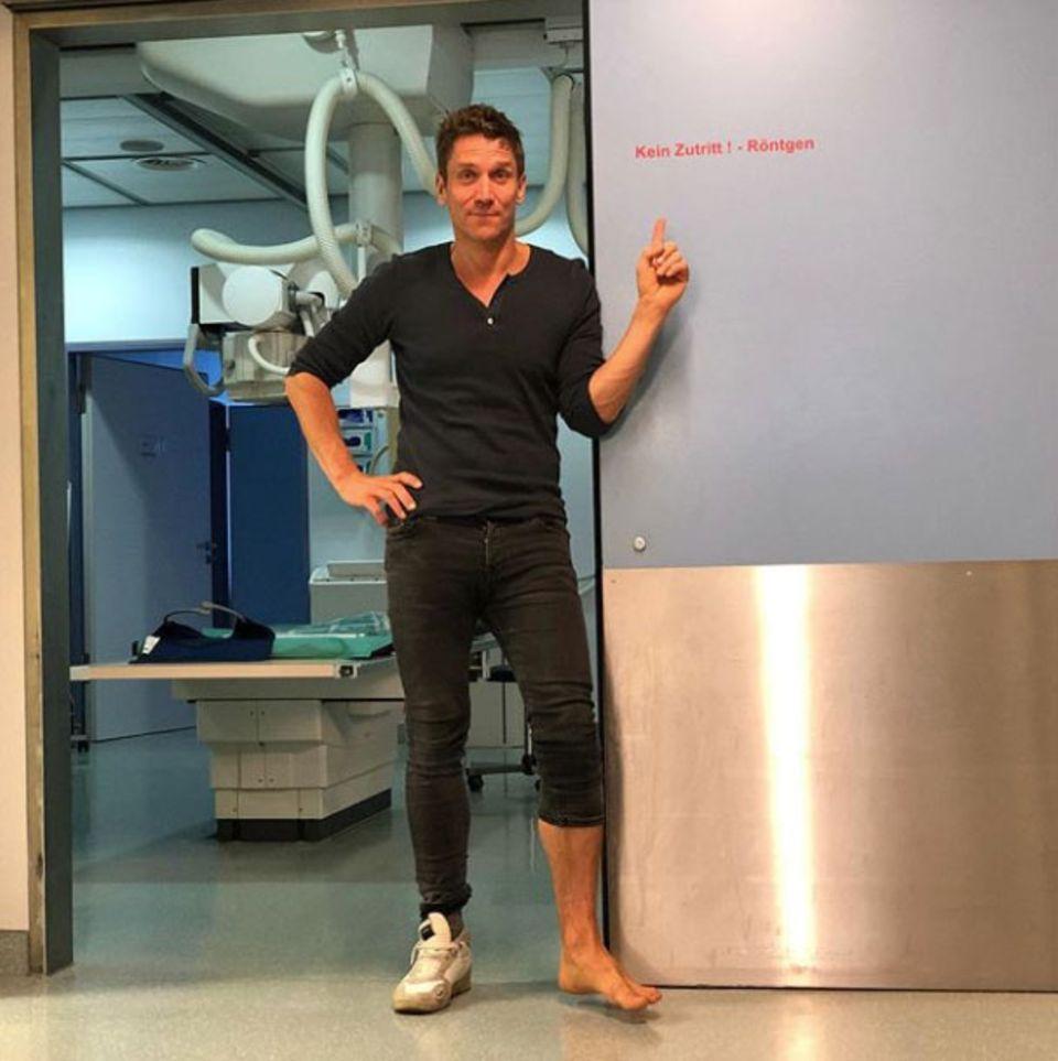 """Ohje, das fängt ja gut an! Bei den Proben zu """"Dancing on Ice"""" hat Peer Kusmagk schon den ersten Trainingsunfall zu verzeichnen. Nach dem Röntgen seines Fußes steht aber zum Glück fest: Nichtsgebrochen! Ein bisschen schonen muss er sich trotzdem erst einmal."""