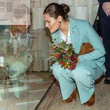 """9. Oktober 2019  Bei der Eröffnung der Ausstellung """"Arktis – Während das Eis schmilzt""""im Nordischen Museum in Stockholm macht Prinzessin Victoria, passend im eisblauen Hosenanzug, Bekanntschaft mit Polarfuchs und Co."""