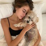 Kaia Gerber hält ein kleines Schönheitsschläfchen zusammen mit ihrer kleinen Hündin.
