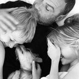 NaomiWatts teilt dieses schöne Foto von Liev Schreiber mitden gemeinsamen Kindern und Familien-Hund Woody.