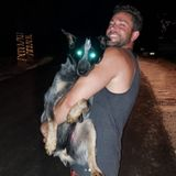 Zachary Levis Hund Blue entwickelt Superkräfte bei Nacht. Oder ist es nur das Blitzlicht?