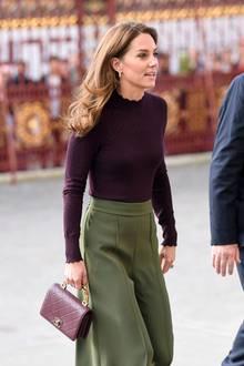 Herzogin Catherine mit ihrer bordeauxroten Chanel-Tasche aus der Herbst/Winterkollektion 2016/17