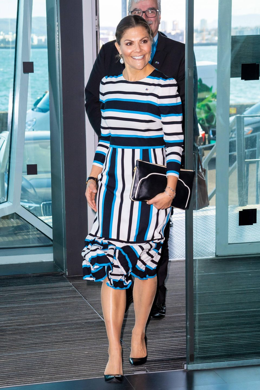 In Island greift Prinzessin Victoria mal wieder zu einem ihrer Lieblingskleider. Das gestreifte Dress von Dolce & Gabbana trägt die schwedische Kronprinzessin immerhin zum dritten Mal in der Öffentlichkeit. Bei ihrem Termin bei derArctic Circle Assembly kombiniert sie das auffällige Kleid mit einer großen schwarzen Clutch mit weißen Nähten und schwarzen Pumps.