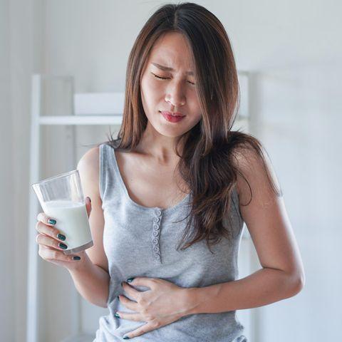 Mädchen mit Milch und Bauchschmerzen