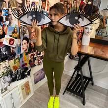 Kapuzenpulli, Leggings, Neon-Sneaker: So kennen wir die sonst bis in die Schuhspitzen gestylte Victoria Beckham ja gar nicht. Aber auch Lässig-Posh gefällt uns sehr.