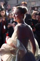 """10. Oktober 2019  Bilder wie diese lassen die Herzen aller Hollywood-Fans höherschlagen. Bei der Premiere von """"Maleficent: Die Dunkle Fee"""" in London ist alles vereint: Schauspieler erster Klasse mit Angelina Jolie und Elle Fanning, fantastische Haute-Couture-Looks auf dem roten Teppich, dazu Blitzlichtgewitter und jede MengeFans. Elle scheint vom ganzen Glamour selbst beeindruckt zu sein."""