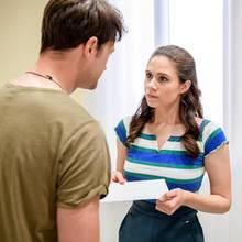 """""""Sturm der Liebe"""": Joshua (Julian Schneider, l.) überreicht Denisie (Helen Barke, r.) einen Abschiedsbrief von Annabelle."""