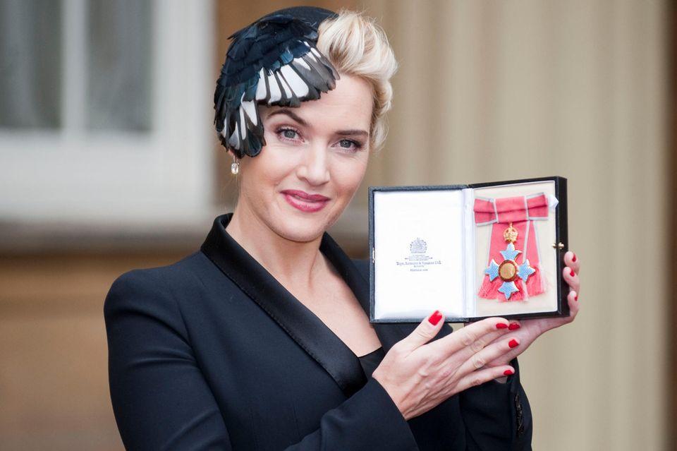"""Kate Winslet mit dem """"CBE"""" im Jahr 2012."""