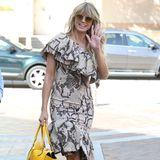"""Heidi Klum zeigt gekonnt, dass sie die Königin des Großstadtdschungels ist. Mit körperbetontem Schlangenprintkleid und breitem Grinsen schlendert sie zuden Dreharbeiten zu""""America's Got Talent"""". Der Print des Kleides findet sich in den Heels wieder, die gelbe Tasche hingegen setzt den richtigen Farbakzent - so wird ein Look draus."""