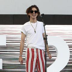 Fun Style im südkoreanischenBusan: Sein schlichtes,weißes T-Shirt kombiniert Timothée mit rot-weiß gestreiften Hosen.