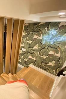 """Tropische Treppe: Hier postet sich Justin Bieber aus seinem Haus in Beverly Hills. """"The Tropics"""", wie das Haus auch genannt wird, wurde 1932 erbaut, Justin und Hailey kauften das Schmuckstück für knapp 8 Millionen US-Dollar im vergangenen Herbst."""
