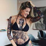 """Einmal im Leben tätowiert sein, sowie der eigene Mann, - diesen Wunsch erfüllte sich jetzt Ex-Bachelor-Kandidatin Sarah Harrison. Mit flächendeckenden Fake-Tattoos, die mit Hilfe von Wasser auf die Haut aufgetragenwerden, inszeniert sie sich als wildes Tattoo-Girl auf Instagram. Ihrem Mann gefällt das Bild und kommentiert stolz: """"Meine Rocker-Braut""""."""