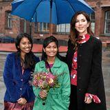 11. Oktober 2019  Mary lässt niemanden im Regen stehen:Am heutigen, leider verregneten Weltmädchentag besucht die Kronprinzessin dieGasværksvejens-Schulein Kopenhagen, und unter ihrem Schirm ist noch Platz für die beiden Schülerinnen.