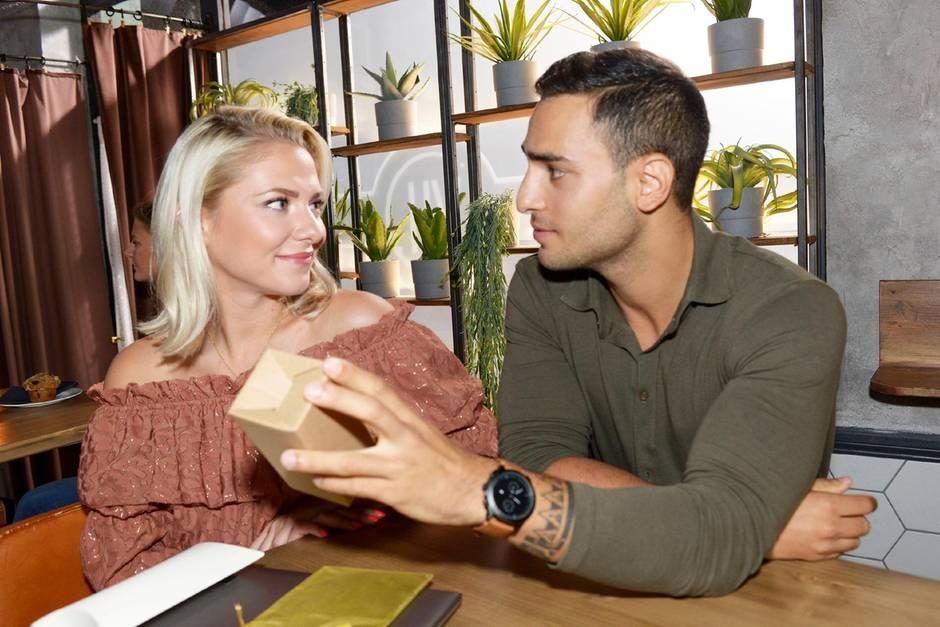 GZSZ: Sunny (Valentina Pahde) will herausfinden, in welche Frau Nihat (Timur Ülker) sich verliebt haben könnte.