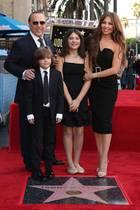 10. Oktober 2019  Star-Produzent und Ex-Mann von Mariah Carey, Tommy Mottola hat jetzt auch einen Stern auf dem Walk of Fame. Diese Auszeichnung feiert er mit seinen Kinder und seiner Frau, der mexikanischen Schauspielerin und Sängerin Thalía.