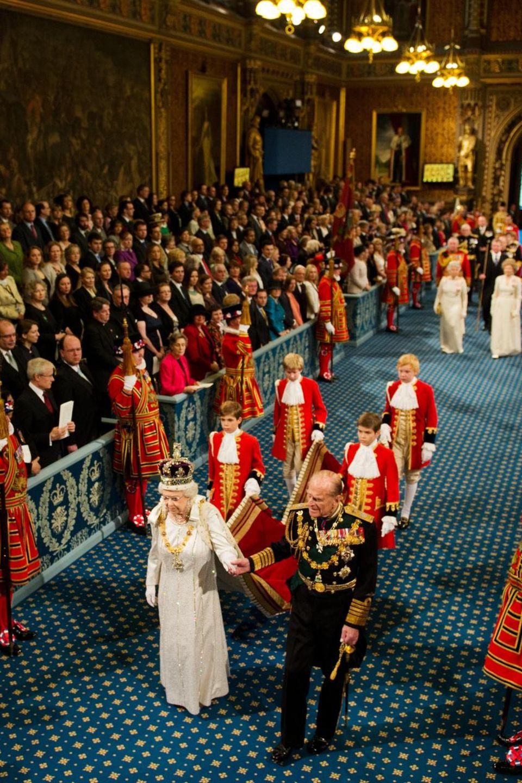 Prinz Philip geleitet seine Frau, die Queen, 2012 durch die Royal Gallery.