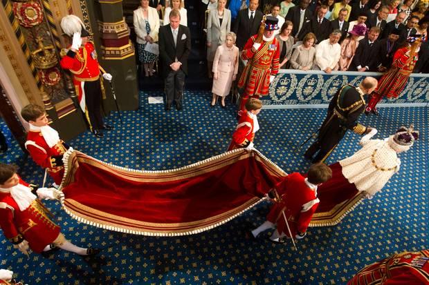 Auf diesem Foto der Eröffnung des Parlaments 2013 zeigt sich der Umhangder Queen in seiner ganzen Pracht.