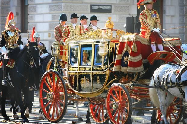Die Queen auf dem Weg zum Palace of Westminster, dem Sitz des britischen Parlaments.