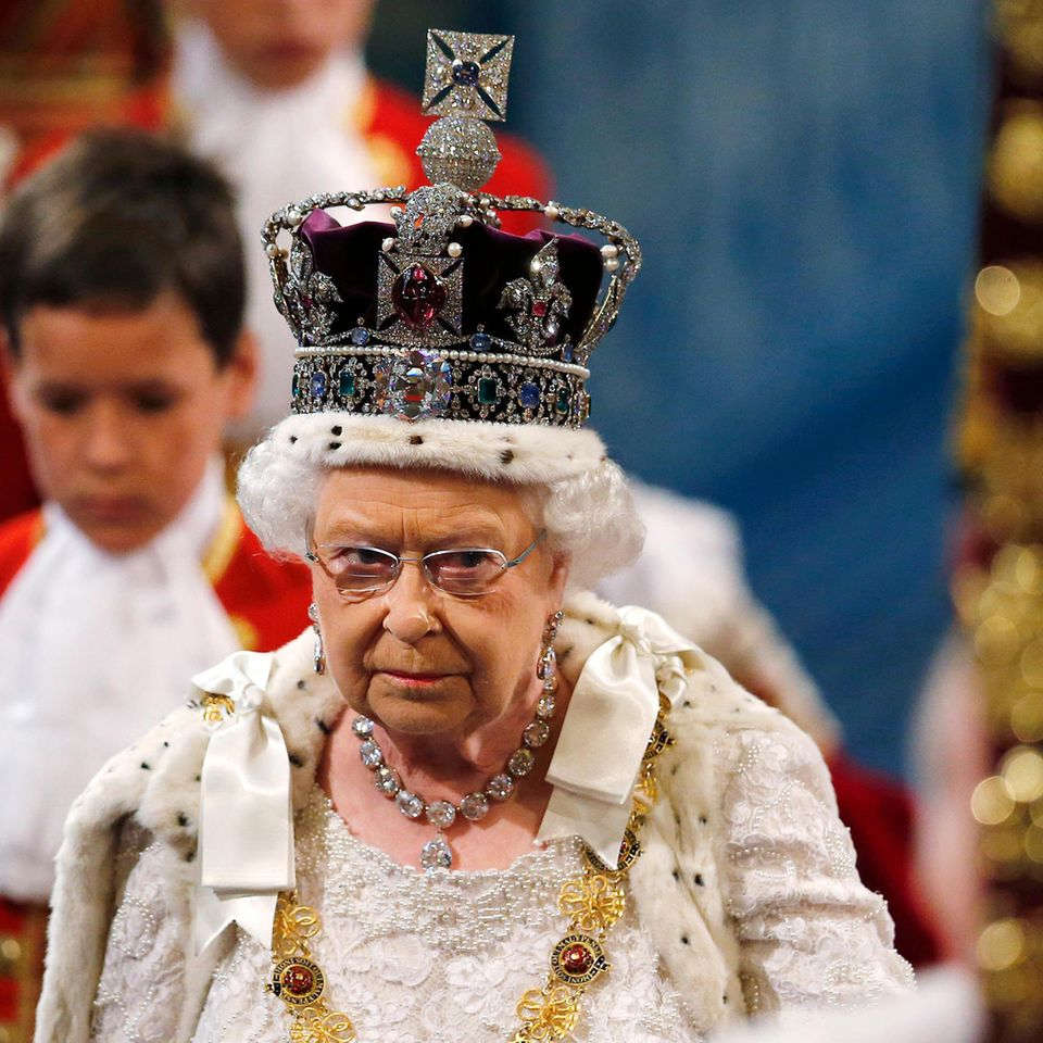 Queen Elizabeth und die Imperial State Crown.