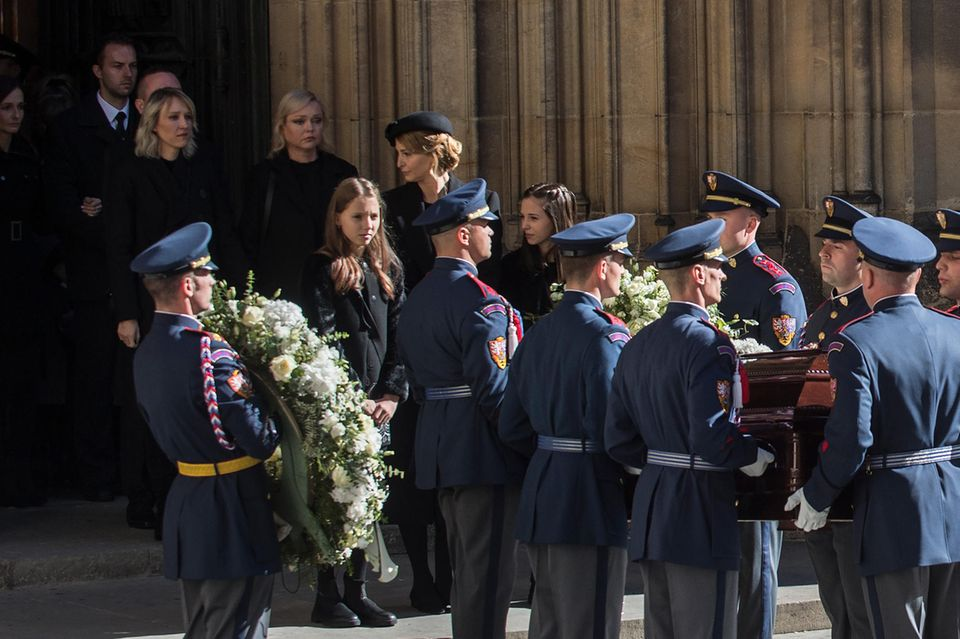 Karel Gotts WitweIvana Gottova folgt mit den zwei Töchtern dem Sarg ihres Mannes aus der Kathedrale.