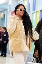 Helle Kleidung verzeiht kleine Patzer beim Essen eher selten und bestraft einen im Anschluss mit unschönen Flecken auf Hose, Shirt und Co. – deutlich schwerer zu kaschieren, als es bei dunkler Kleidung der Fall wäre. Dass Rihanna gerade solch eine Farbauswahl auf Reisen trifft, überrascht. Das Fleckenmonster scheint bei ihr zum Glück jedoch nicht zugeschlagen zu haben.