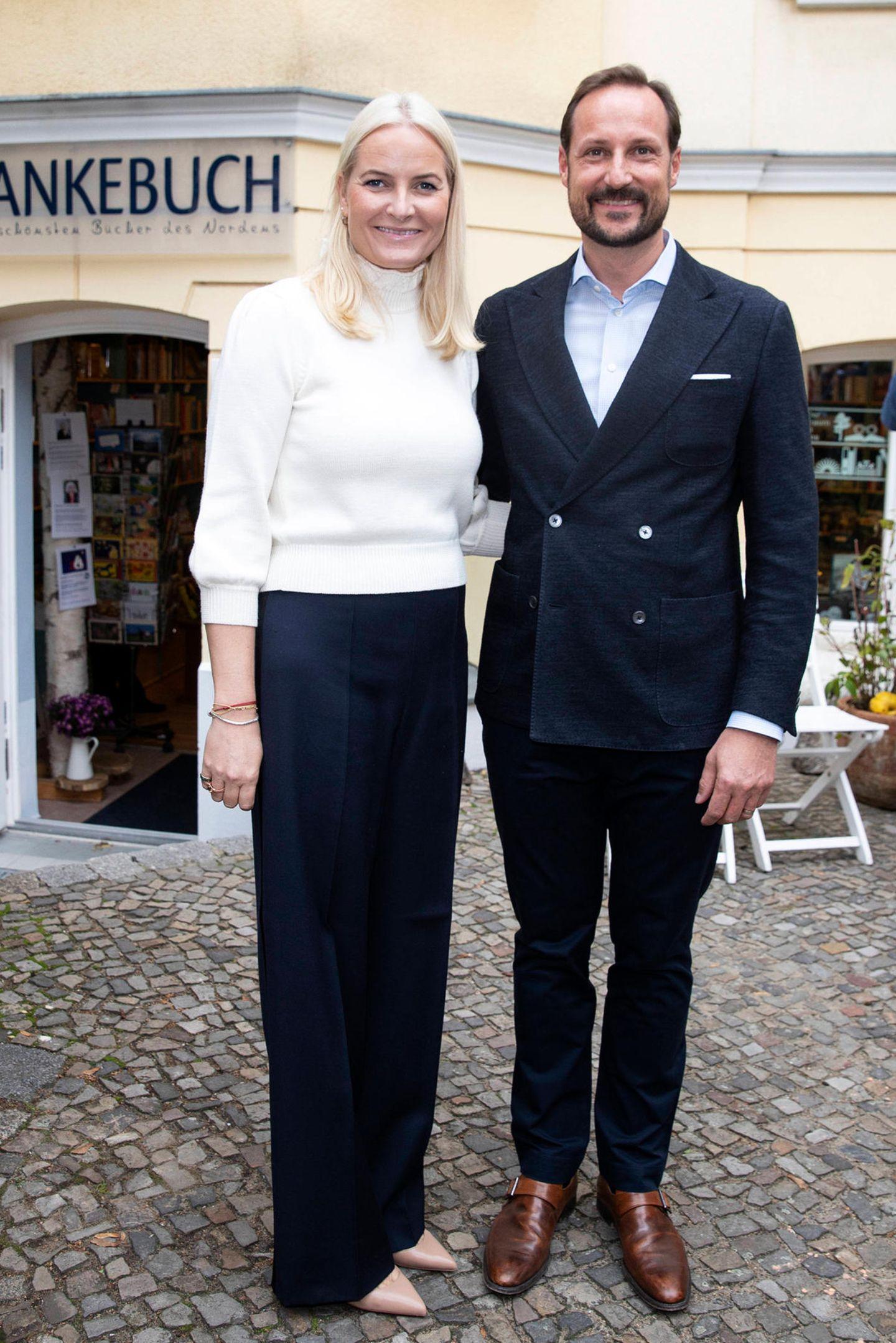 Zusammen mit ihrem Mann, Prinz Haakon, besucht Prinzessin Mette-Marit eine kleine Buchhandlung im Berliner Stadtteil Pankow und entscheidet sich zu diesem Anlass für ein sportlich-elegantes Outfit. Zu einer dunkelblauen Marlene-Hose trägt sie einen kuschligen, elfenbeinfarbenen Rollkragen-Pullover aus Merinowolle des Labels Co für rund 120 Euro und nudefarbene Pumps. Doch nur kurze Zeit später, scheint sich die Prinzessin umgezogen zu haben und sie zeigt sich in einem veränderten Look ...