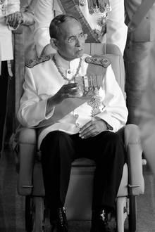 Am 13. Oktober 2016 stirbt König Bhumibol, Thailands beliebter Monarch, der das Land mehr als sieben Jahrzehnte lang regierte. Die Beerdigung findet nach einer einjährigen Staatstrauer erst im Oktober 2017 statt.