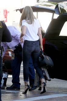 Ihre Killer-Heels! Heidi trägt Stilettos, mit einem superschmalen Pfennigabsatz, als sie durch Los Angeles stolziert. Auch sie sind mit goldenen Ketten an den Riemchen verziert und reihen sich so perfekt in den Rockerlady-Look ein.