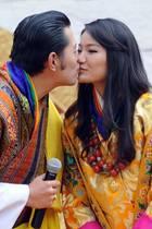 Hochzeitstag im Königshaus vonBhutan: Vor acht Jahren, am 13. Oktober 2011, heiratet KönigJigme die bürgerlicheJetsun. Während einer Zeremonie zwei Tage nach der Trauung küsst der Monarch seine Frau.
