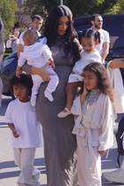 Kim Kardashian mit ihren Kindern North West, Saint West, Chicago West und Psalm West in Armenien