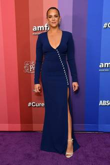 Mit einem sündhaft hohen Beinschlitz macht Pauline Ducruet auf der amfAR Gala in Los Angeles auf sich aufmerksam. Bei ihrer royalblauen Robe aus dem Hause Azzaro muss die Tochter von Prinzessin Stéphanie ganz schön aufpassen, dass sie nicht versehentlich zu tiefe Einblicke gewährt.