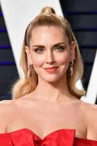 Chiara Ferragni glänzt auf der Vanity Fair Oscar Party mit einem perfekten Styling. Ihre Frisur und das schulterfreie Kleid lenken die volle Aufmerksamkeit auf ihre edlen Ohrringe von Pomellato.