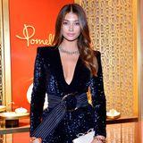Victoria's Secret Model Lorena Rae weiß, wie sie sich besonders funkelnd inszeniert. Zur Shop-Eröffnung der Pomellato Boutique in Beverly Hills trägt sie ein dunkelblaues Minikleid mit Pailletten und natürlich elegante Schmuckstücke, die ihren Look abrunden.