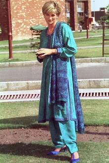 Prinzessin Diana zeigte sich während ihrer Reise nach Pakistan im Jahr 1997 stilsicher und angemessen gekleidet.