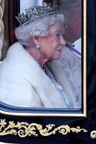 """14. Oktober 2019  Queen Elizabeth fährt in der """"Diamond Jubilee State Coach"""" vom Buckingham Palast zum Houses of Parliament, um zum 65. Mal während ihrer Amtszeit das britische Parlament zu eröffnen. Das Besondere: Die Königin trägt auf ihrem Haupt das George IV. State Diadem und nicht, wie gewöhnlich, die Imperial State Crown."""