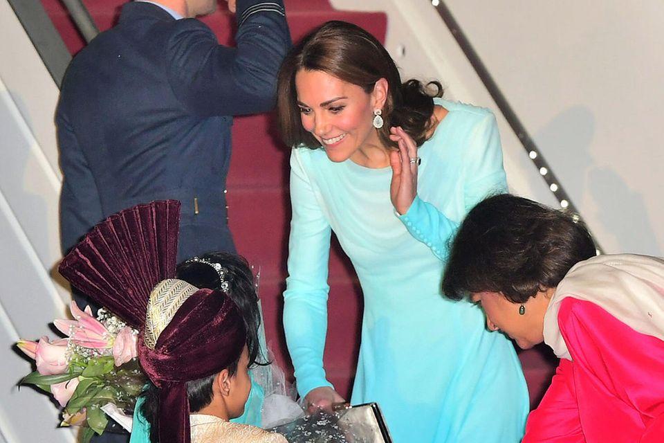 Herzogin Catherine zieht bei ihrer Ankunft alle Blicke auf sich.