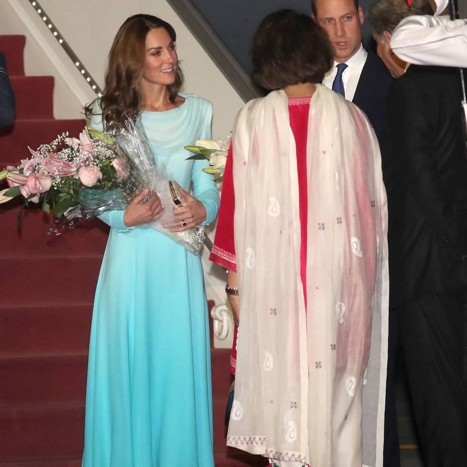 In einem meegrünen Kleid von Catherine Walker verzaubert sie ihre Gastgeber