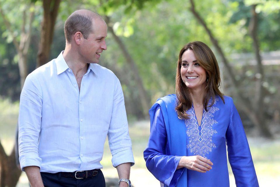 William und Kate beim Besuch einer Schule in Islamabad.