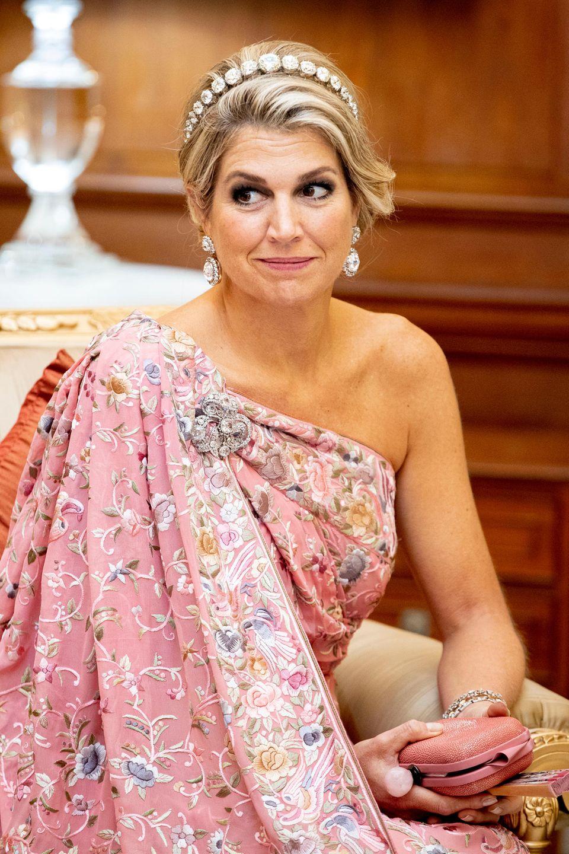 """14. Oktober 2019  Mit ihrem Sari-inspiriertem Gala-Look und dem """"Rose Cut""""-Diamant-Bandeau ist Königin Máxima der strahlendste Gast des Banketts."""