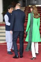 Prinz William und Herzogin Catherine mit Premierminister Imran Khan (links)