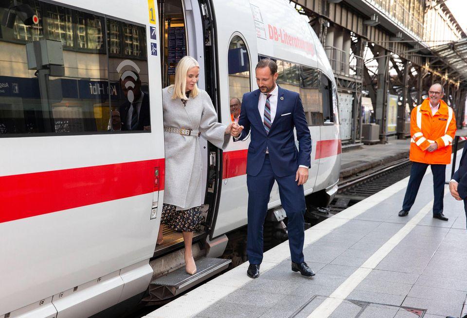 14. Oktober 2019  Das norwegische Prinzenpaar reistmit dem Literaturzug durch Deutschland. Ziel ist die Frankfurter Buchmesse, auf der Norwegen in diesem Jahr Gastland ist. Am ersten Tag ihrer Tour in Köln hilt Prinz Haakon seiner Mette-Marit galant aus dem Zug.