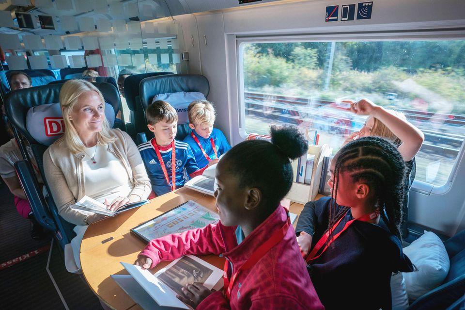 14. Oktober 2019  Prinzessin Mette-Marit liest gemeinsam mit Kindern im Literaturzug auf dem Weg von Berlin nach Köln.