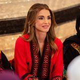 Die bildschöne Königin Rania trägt - anders als viele Frauen in Jordanien - kein Kopftuch. Ihre Outfit- und Make-up-Wahl bei diesem Termin in der RegionAmman sind ebenso traditionsbewusst wie modern.